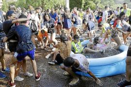 Batalla de agua y algarrobas en Llucmajor