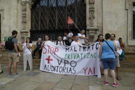 Una docena de personas han acudido a la concentración en defensa de los derechos de Juana Mendoza