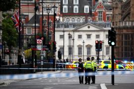 Varios heridos tras el choque de un coche contra las barreras del Parlamento británico