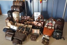 La Policía de Son Servera interviene más de 50 artículos falsificados en el mercado de Cala Millor
