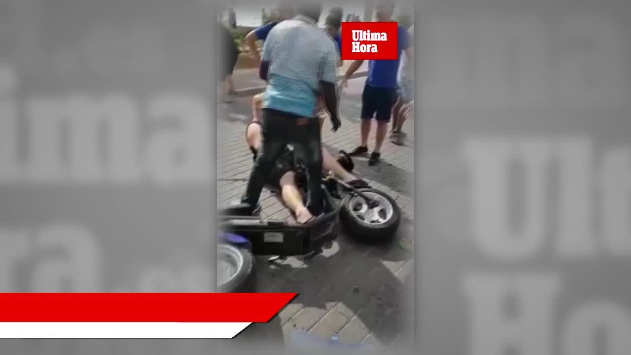 Una moto eléctrica choca con un taxi en la Playa de Palma