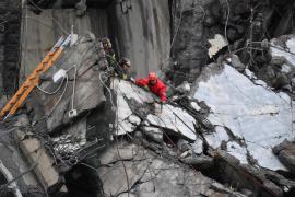 Continúan las labores de rescate tras la tragedia del puente en Génova, que deja 39 muertos