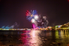 Un diálogo de fuego entre la playa y Ses Rates cierra las fiestas de Figueretes
