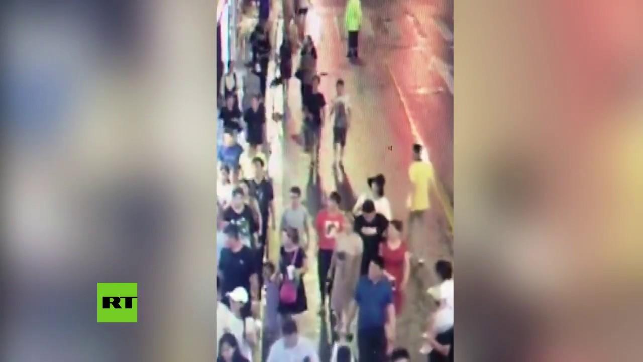 Una cámara capta como un panel publicitario aplasta a nueve personas matando a tres de ellas