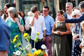 Barcelona homenajea a las víctimas del 17A con música, poesía y silencio