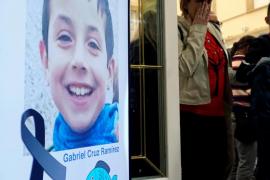 La familia del niño Gabriel esparce las cenizas de su 'pescaito' en el mar