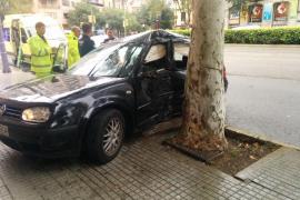 Un vehículo pierde el control y se estrella contra un árbol en Palma