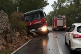 Accidente de un camión de los Bombers de Mallorca en la carretera de Algaida a Llucmajor