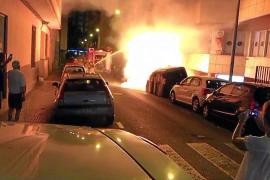 Los bomberos de Palma sofocan un fuego en contenedores de Pere Garau