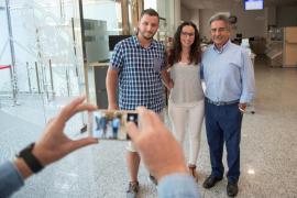 Colas a la entrada de la sede del Gobierno de Cantabria para conocer a Revilla