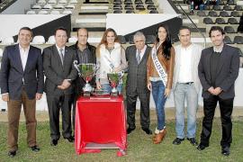 Pere A. Serra recibe el homenaje del Constància en el Trofeu Dijous Bo
