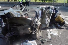 Rescatan a un conductor atrapado tras un espectacular accidente en Badia Gran