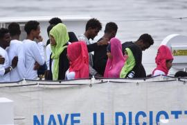 Italia bloquea el desembarco de 177 migrantes rescatados