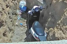 Una turista, herida grave, tras 'aterrizar' en una zanja en Cala Gamba