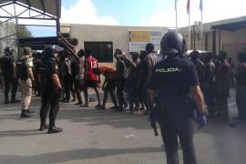 Siete guardias civiles heridos durante el asalto masivo a la valla de Ceuta
