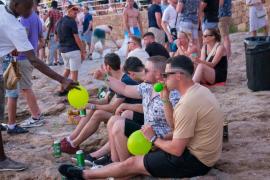 Sant Antoni multará con hasta 3.000 euros a quienes vendan y consuman 'gas de la risa' en la calle