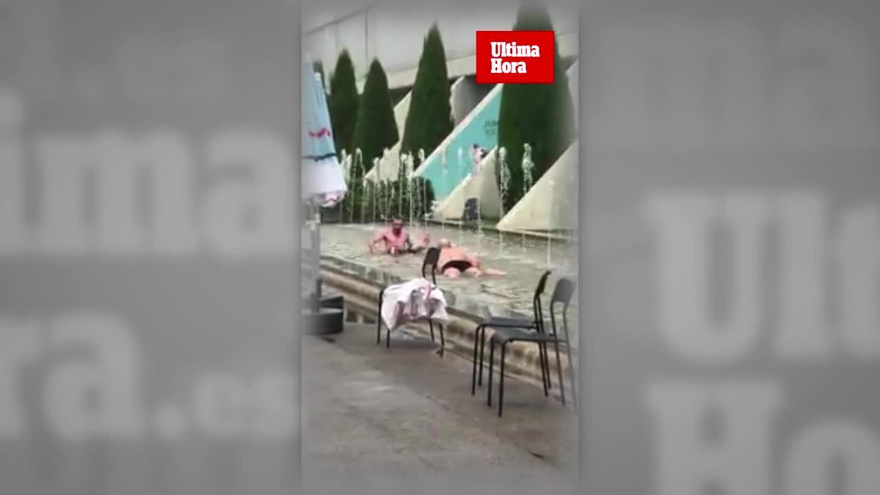 Chapuzón de dos turistas en la fuente del aeropuerto de Palma