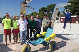Alcúdia estrena grúas en la playa para personas en silla de ruedas