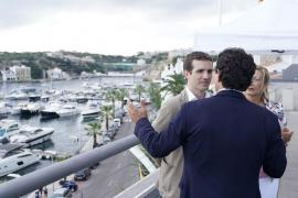 Casado pide en Menorca a Armengol que reivindique el Régimen Especial frente a Sánchez