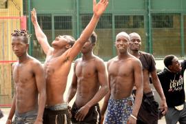 El Gobierno expulsa a Marruecos a todos los migrantes que este miércoles saltaron la valla de Ceuta
