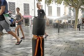 Aparecen lazos con la bandera de España en pivotes de Palma