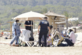 La policía sanciona a 159 vendedores ambulantes en las playas de Baleares