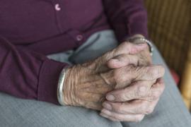 Un anciano mata a patadas a una compañera de residencia