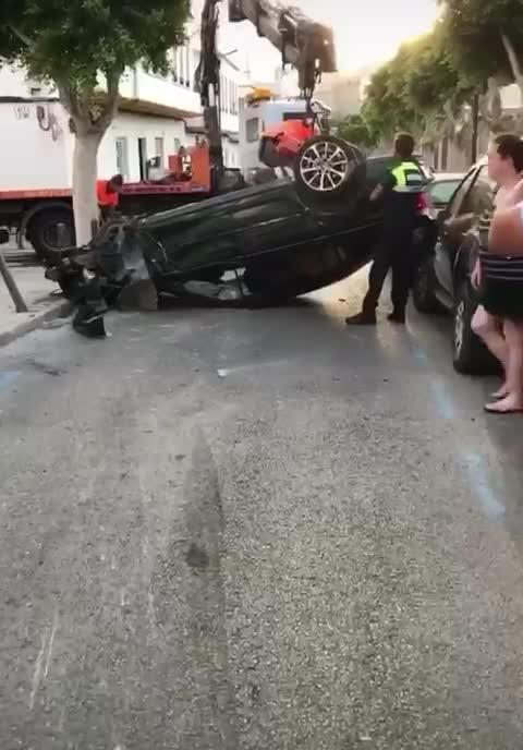 Aparatoso accidente en Ibiza con un coche volcado tras golpear a otros ocho vehículos