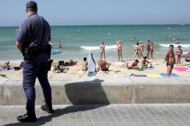 Un policía de vacaciones salva a una niña de ahogarse en una playa