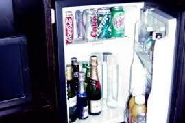 Un tercio de los españoles consume alcohol del minibar y lo rellena con agua o zumo