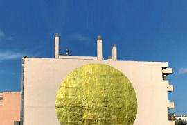 Un 'sol' de mantas térmicas de emergencias para el Paseo Vara de Rey de Ibiza