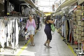 Alarma en los comercios de Sant Antoni por tener que rebajar la altura de los percheros