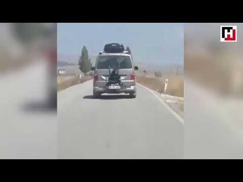Detienen a un hombre por llevar a su hija atada en el portabicicletas de su vehículo