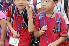 Niños chinos visitan la Fundació Miró