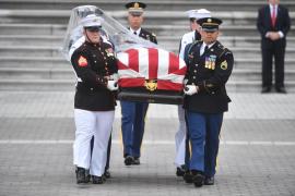 Obama y Bush despiden a McCain junto a miles de personas