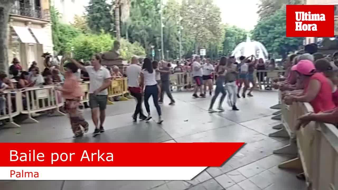 Decenas de personas bailan para ayudar a los niños con parálisis cerebral