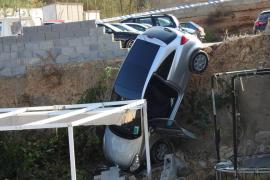 Un coche se precipita sobre la zona infantil de una vivienda en Andratx