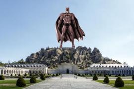 Miles de firmas avalan que una estatua de Batman sustituya a la cruz del Valle de los Caídos