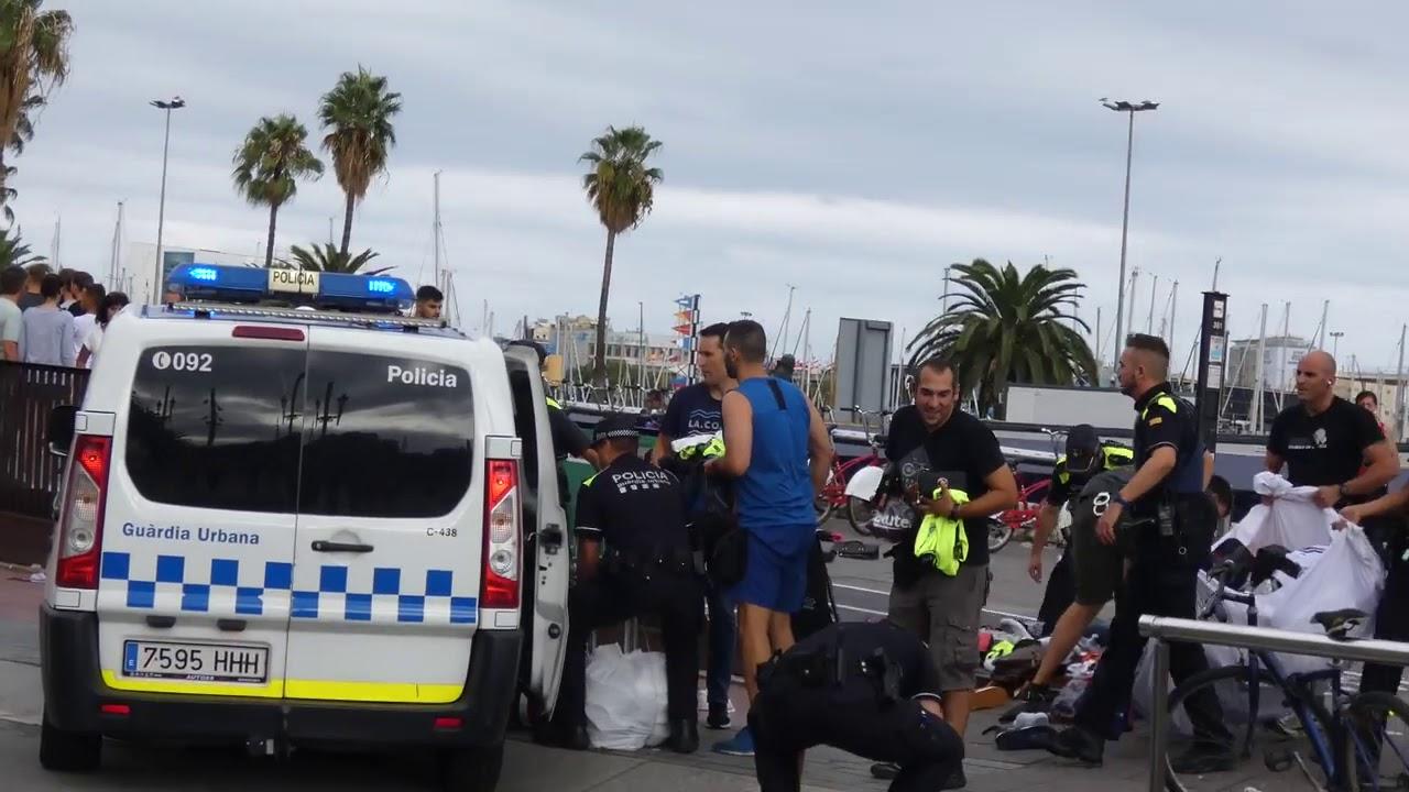 Trifulca entre manteros y la Guardia Urbana en una intervención contra la venta ambulante