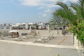 En estado crítico una joven británica rescatada en una piscina de un hotel de Vila