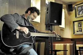 Jaume Anglada, el primer mallorquín en «crucificar» una guitarra en el Hard Rock