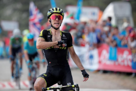 Simon Yates conquista les Praeres y Enric Mas lucha por el podio
