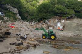 Cala Barques, en Pollença, pierde la mitad de su arena, hamacas y sombrillas por una 'torrentada'