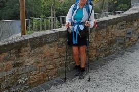 Una inglesa, residente en Mallorca, hace el Camino de Santiago en homenaje a su madre