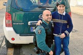Una asociación premia a un guardia civil por salvar a un niño en Inca