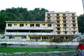 La Conselleria de Turisme adquirirá y derribará el ruinoso hotel Rocamar