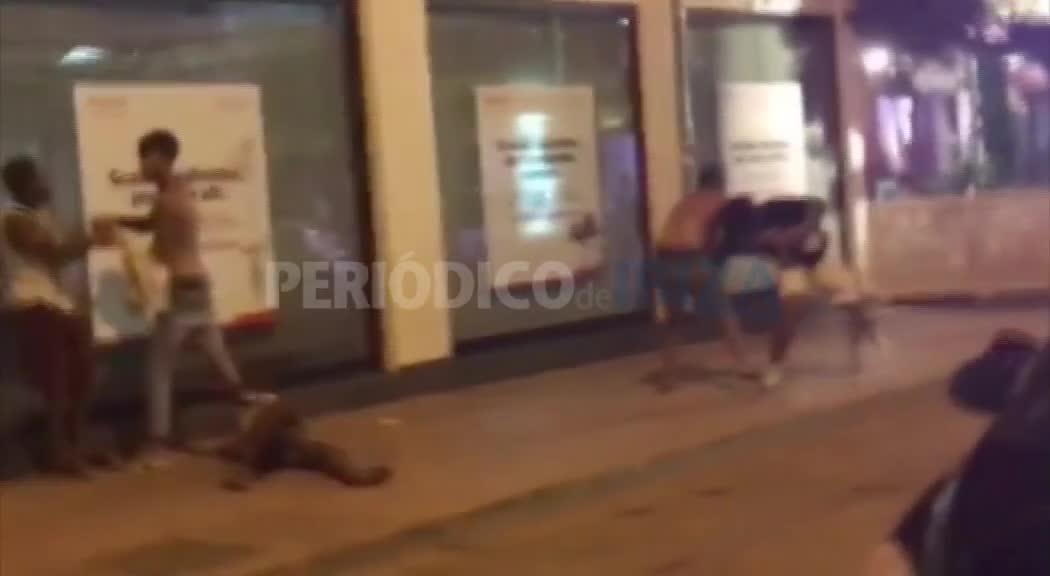 Vídeo | Un robo con violencia desencadena una lluvia de golpes en plena calle de Sant Antoni