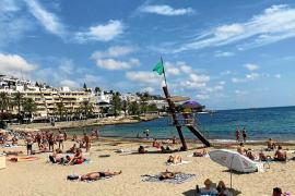 La playa de ses Figueretes iza la bandera verde tras comprobar que no quedan restos fecales