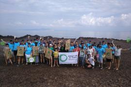 Más de 70 personas limpian de plásticos la playa de Sa Canova, en Artà