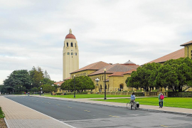 Stanford planea retirar el nombre del santo Juníper Serra de la principal zona del campus